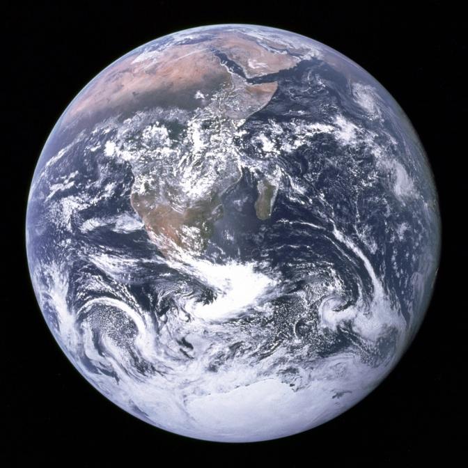 """כדור הארץ כפי שצולם ע""""י צוות אפולו 17, דצמבר 1972. מקור: ויקי שיתוף"""