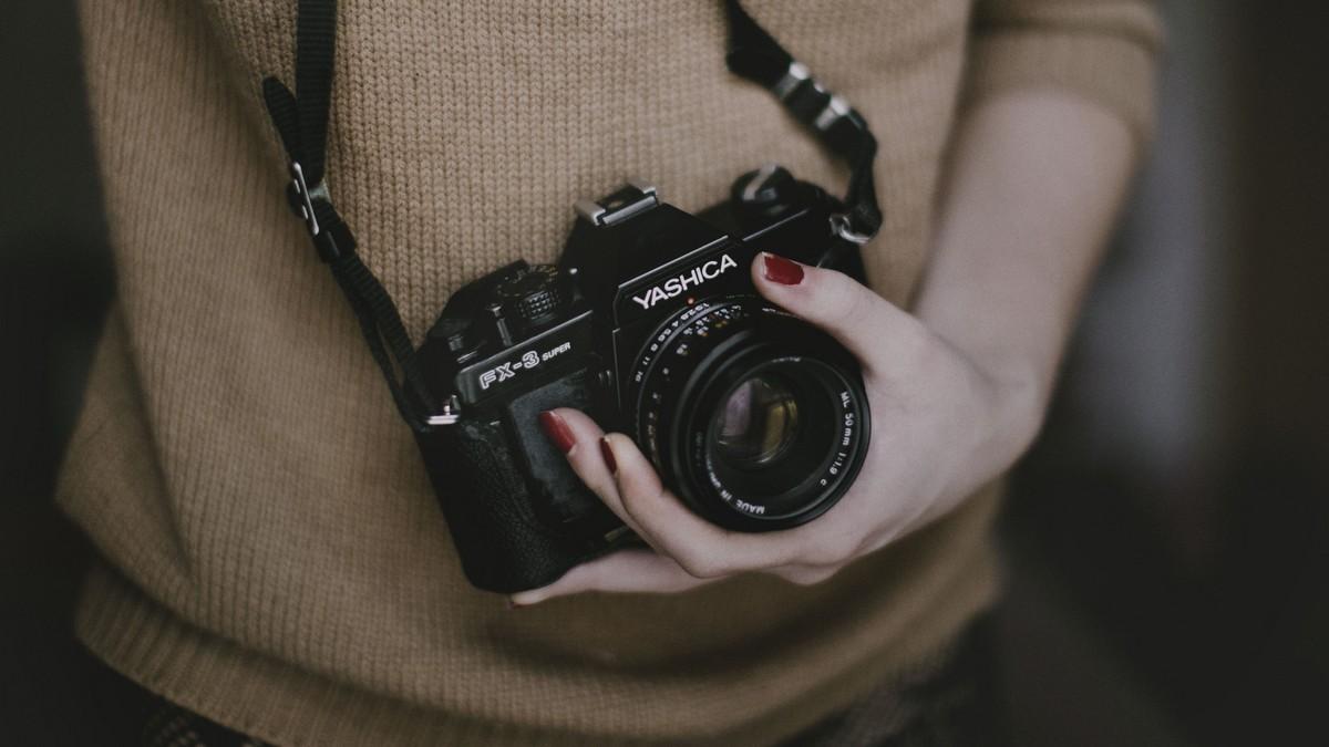 אשה ומצלמה