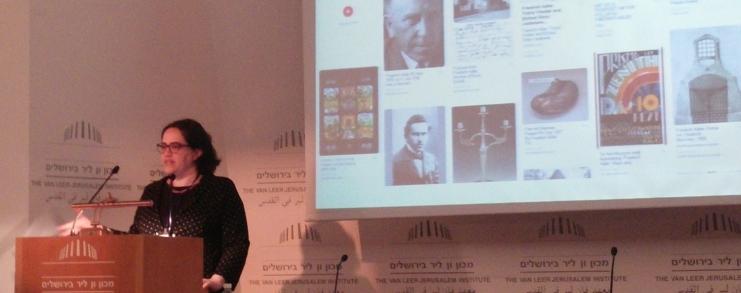 מציגה את הלוח אודות פרידריך אדלר, סבא רבא שלי, בהרצאה בכנס EVA / Minerva. צילום: אפרת הברמן
