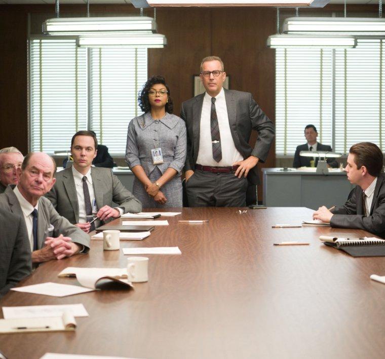 """להיכנס לתדרוך ולשבת ליד השולחן המרכזי. מתוך הסרט """"מאחורי המספרים"""". הזכויות שמורות לחברת פוקס המאה ה-20."""